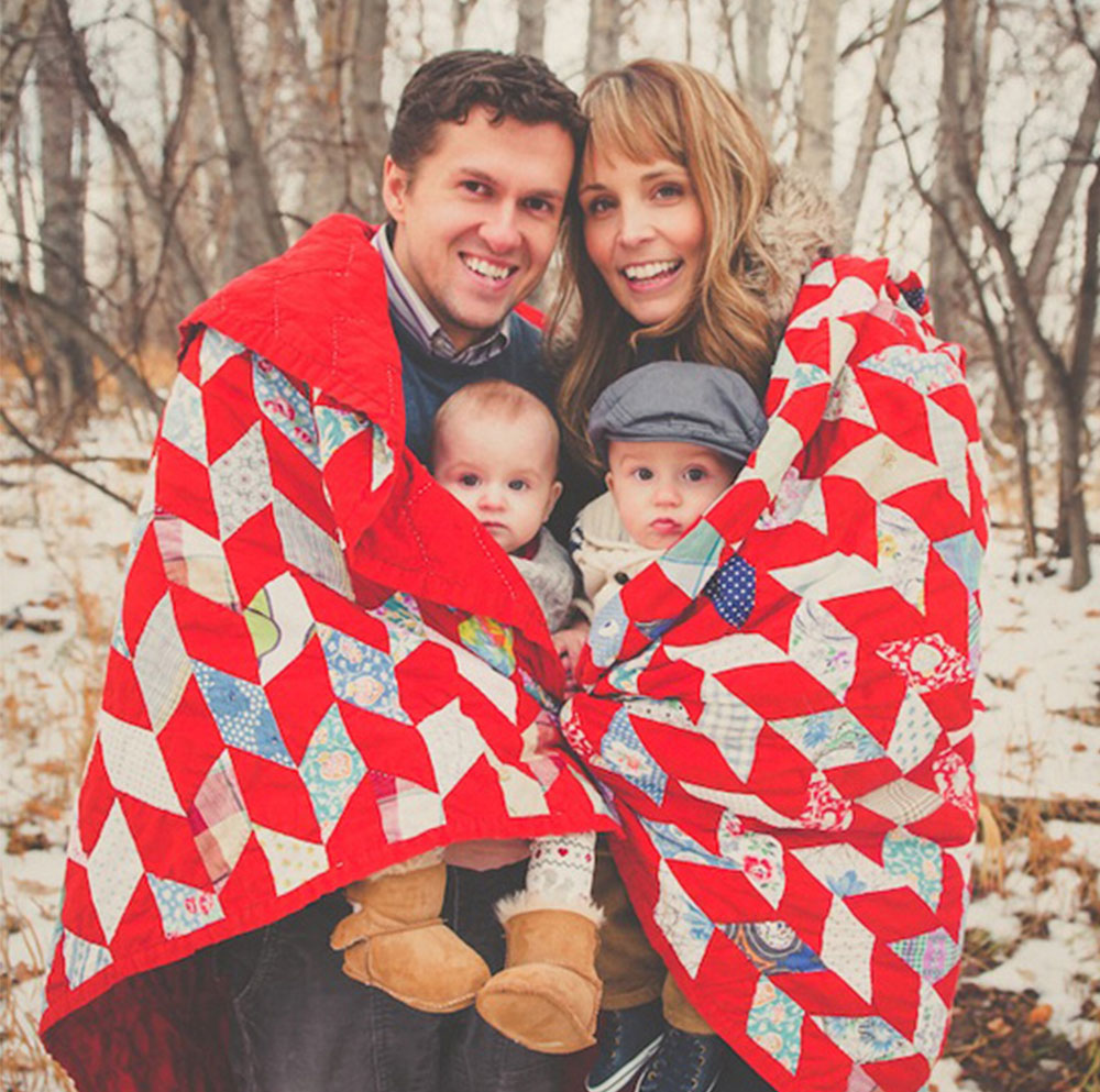Holiday-card-idea_Family-wrapped-in-blanket